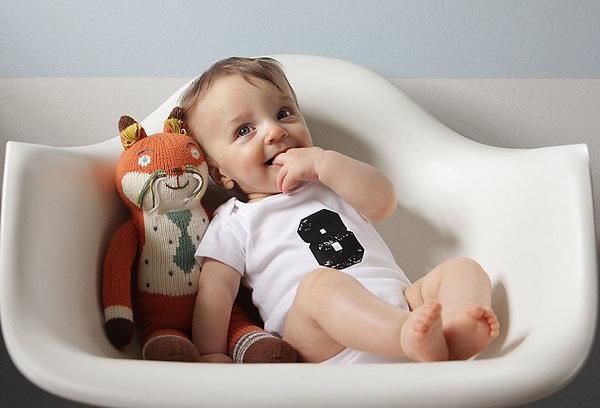 ребенок в кресле с игрушкой