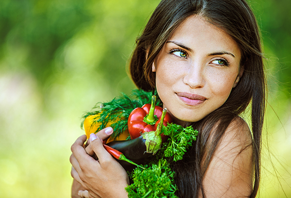 Девушка держит овощи