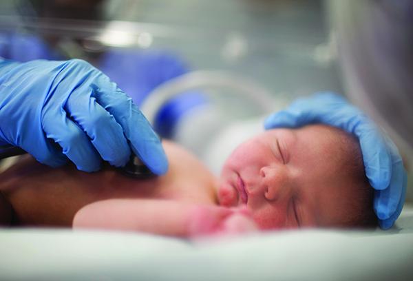 Недоношенный ребенок под наблюдением врача