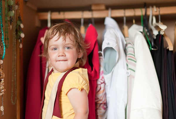 ребенок у шкафа с одеждой