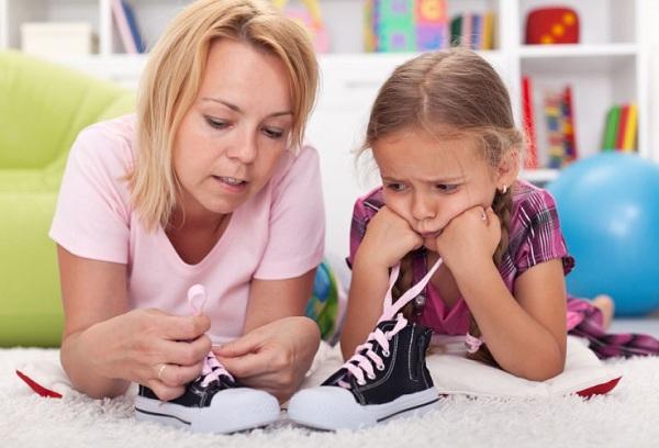 Как научить ребенка завязывать шнурки самостоятельно?