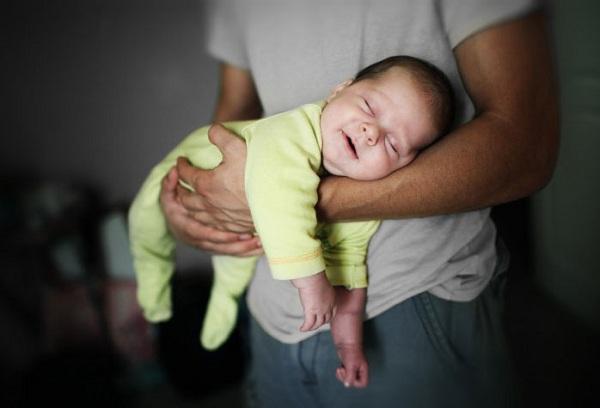спящий ребенок на руках у папы
