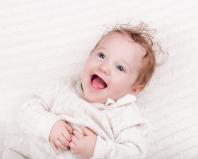 грудной ребенок смеется