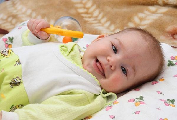 Когда ребенок начинает улыбаться, и что делать, если этого не происходит?