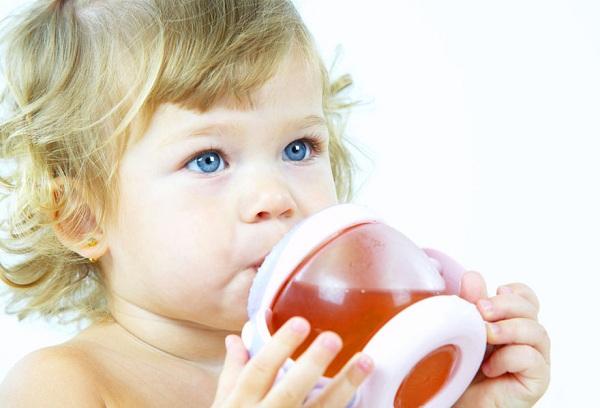 ребенок пьет компот