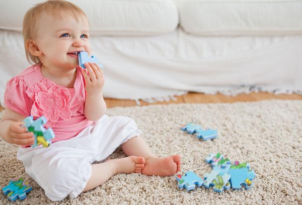 Ребенок запихивает игрушку в нос