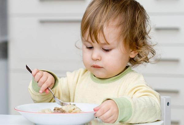 двухлетний мальчик обедает