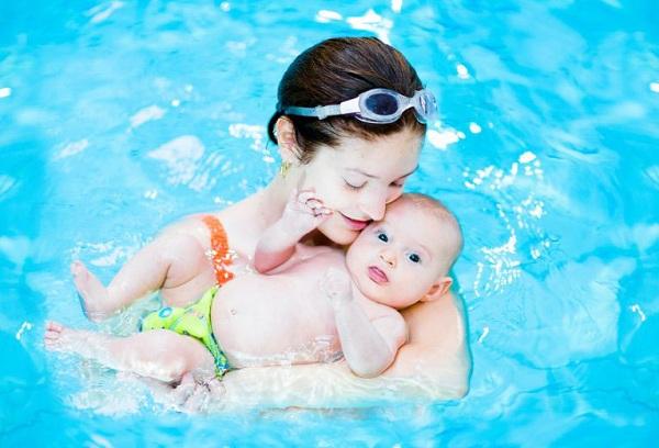 мама с новорожденным в бассейне