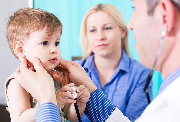 Ребенок на осмотре у педиатра