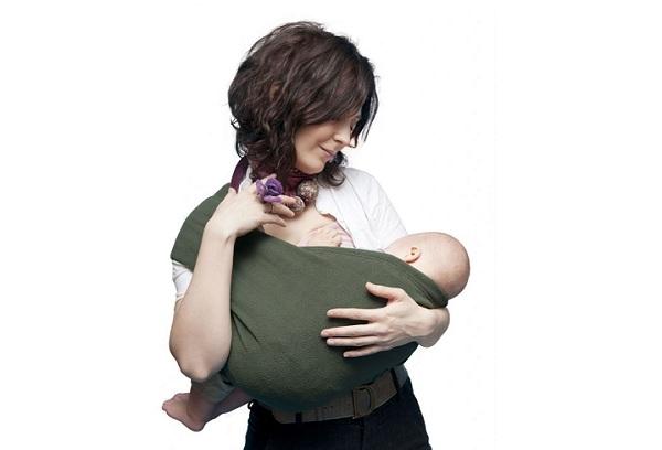 девушка с ребенком в слинге