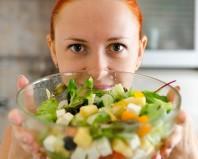 рыжая десушка с салатом в миске