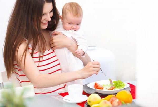 молодая мама с малышом на руках