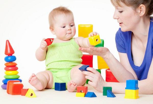малыш играет кубиками