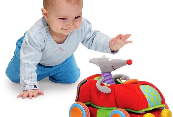 мальчик играет машинкой