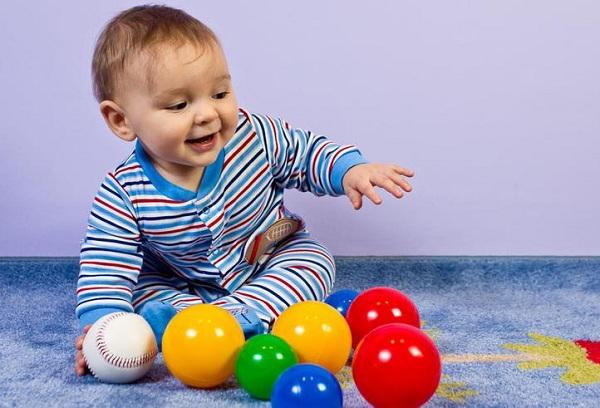 играющий с мячиками ребенок