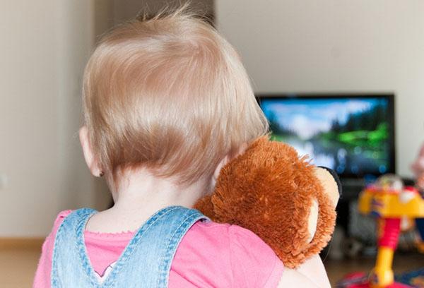 Ребенок в одиночестве перед телевизором