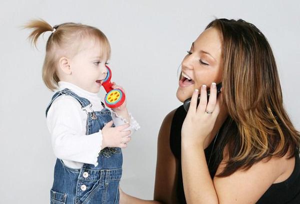 Мама играет с дочкой в телфон