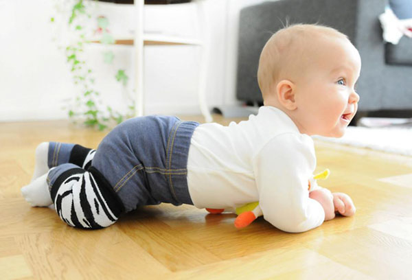 Как научить ребенка ползать на четвереньках?