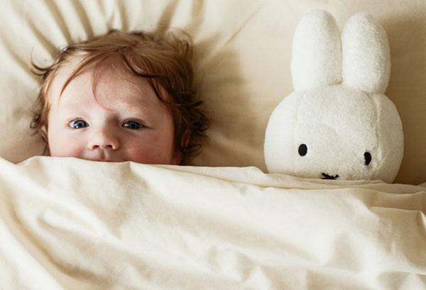 Ребенок лег спать с игрушечным зайцем