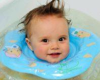 Ребенок купается с кругом на шее