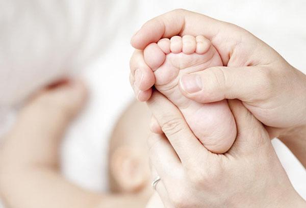 Массаж стопы малышу