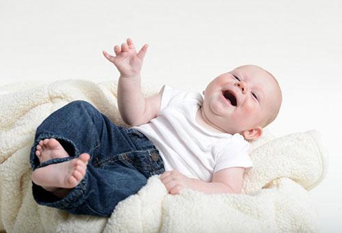 Пятимесячный малыш смеется