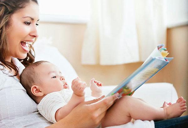 Мама читает сказку малышу