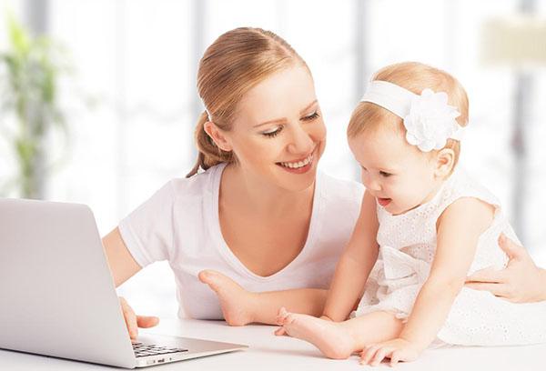 Мама с маленькой дочкой за ноутбуком