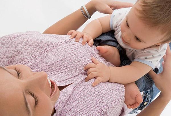 Ребенок просит мамину грудь