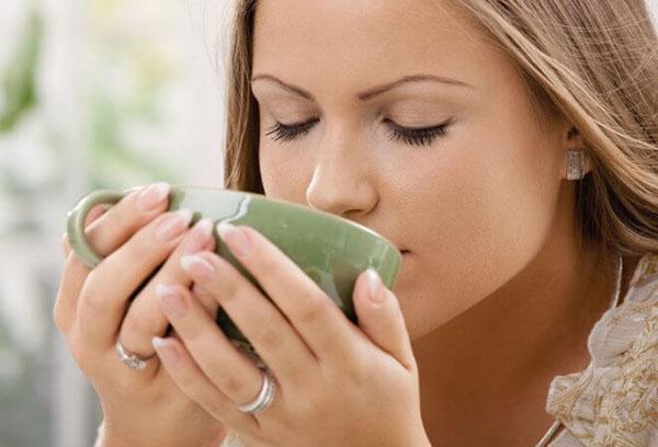 Девушка пьет травяной напиток
