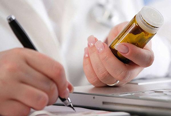 Врач с лекарством