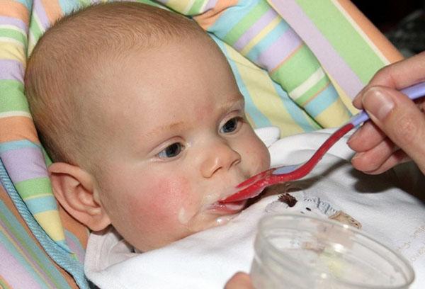 Трехмесячный малыш пробует прикорм