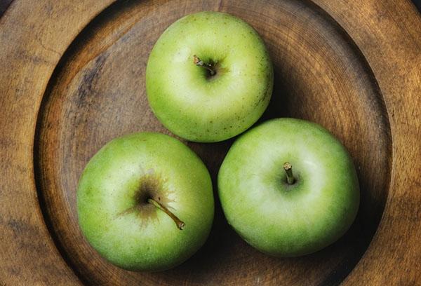 Три зеленых яблока