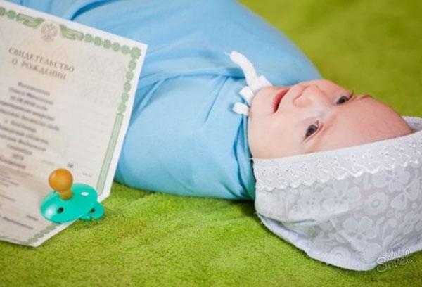 Малыш и свидетельство о рождении