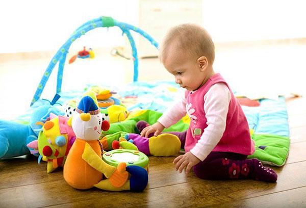 Маленькая девочка играет