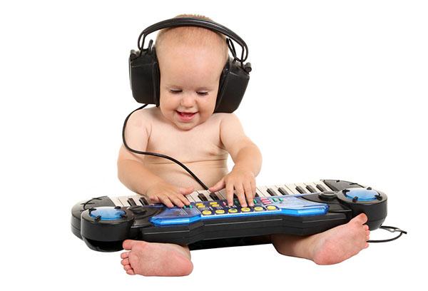Малыш с музыкальной игрушкой