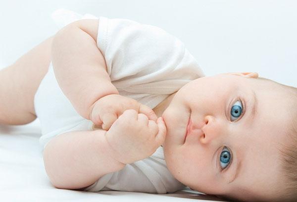 Малыш переворачивается на живот