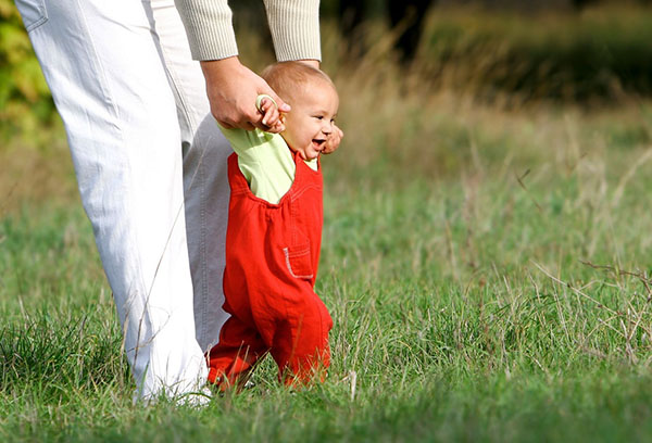 Ребенок учится ходить
