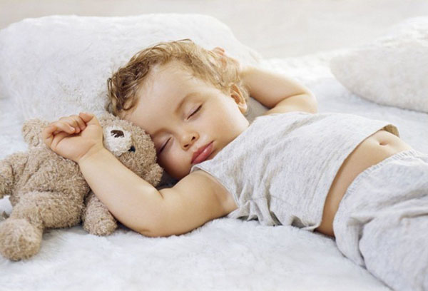 Спящий двухлетний ребенок