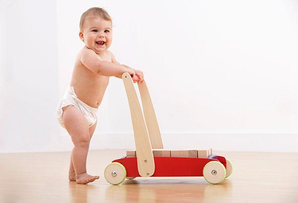 Когда ребенок начинает ходить и что делать, если он только ползает?