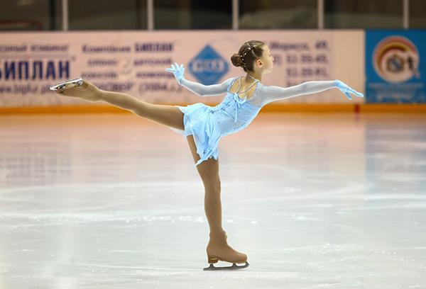 Юная фигуристка на льду