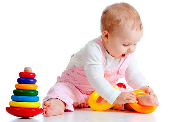 9-месячный ребенок играет с пирамидкой