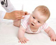Врач делает прививку малышу