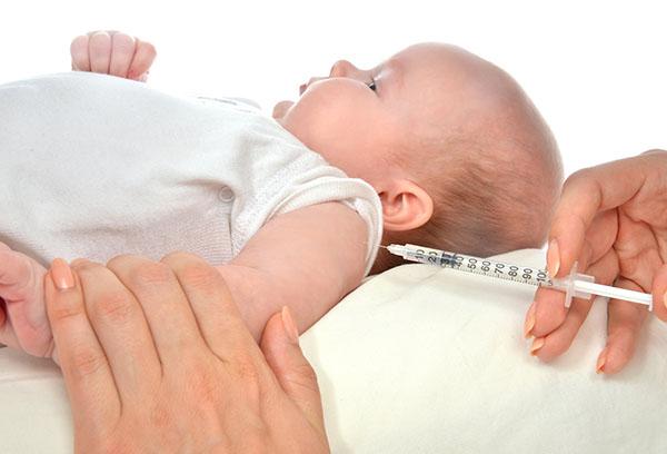Прививка младенцу в плечо