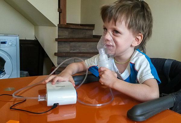 Ребенок на сеансе ингаляции с небулайзером