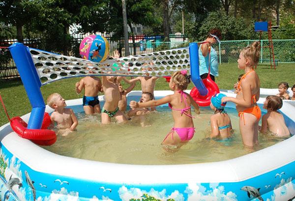 Дети плещутся в бассейне