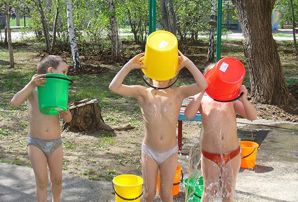 Дети обливаются водой