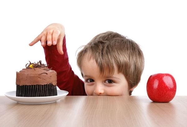 Ребенок тянется к торту