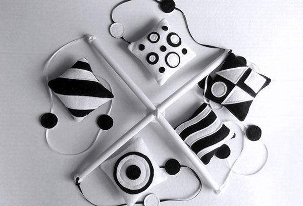 Черно-белый мобиль для развития зрения