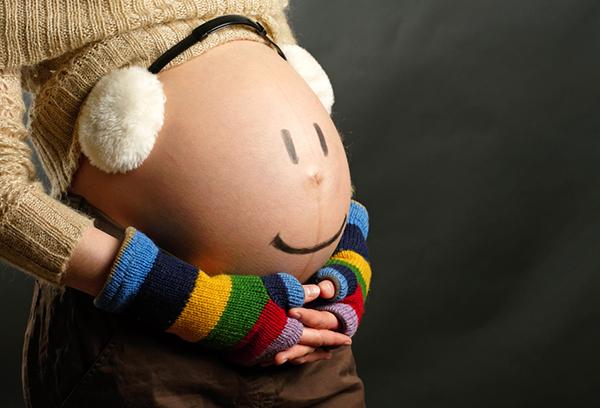 Смайлик на животе беременной женщины